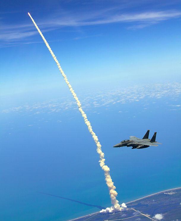 """McDonnell Douglas F-15E """"Strike Eagle"""" du 4th FW 333rd FS """"Lancers"""" basé à Seymour Johnson Air Force Base, en Caroline du Nord, patrouille pendant le lancement du dernier vol de la navette """"Atlantis"""" STS-132 le 14 mai 2010."""