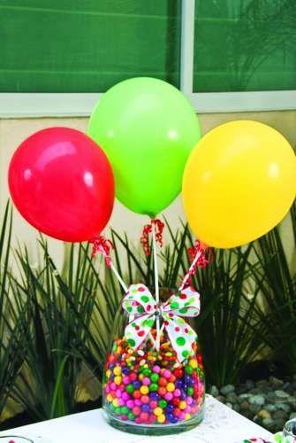 5.- Los detalles para los niños,en este caso unos centros de mesa, adornarán tu casa o salón; aquí te mostramos cómo hacer el centro de mesa de forma fácil con globos e impresiones, recuerda que lo importante es el color: