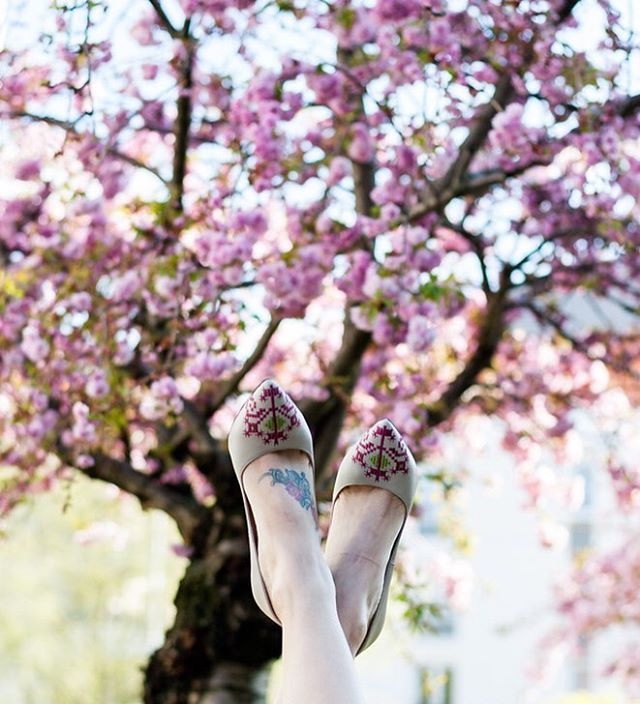 Spring finally arrived in Paris and the blossoms match perfectly with our embroidered stilettos.  #thejoyofwearingiutta #iutta #embroidered #leather #stiletto #embroidered #blossom #spring #paris #street #fashion