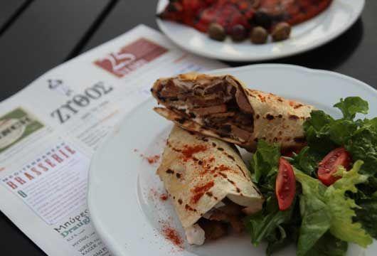 «Αραβική πίτα με ψιλοκομμένο χοιρινό και σάλτσα γιαουρτιού» από το Ζύθο