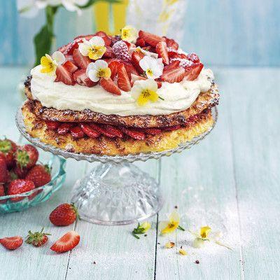 Smart att göra bottnarna i förväg, så går det blixtsnabbt att smacka ihop den ljuvliga tårtan!