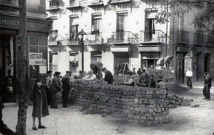 Construcción de una trinchera en la calle Segovia. 1936. http://www.ibytes.es/blog_Historia_de_Madrid_fotografias_1907-1965.html