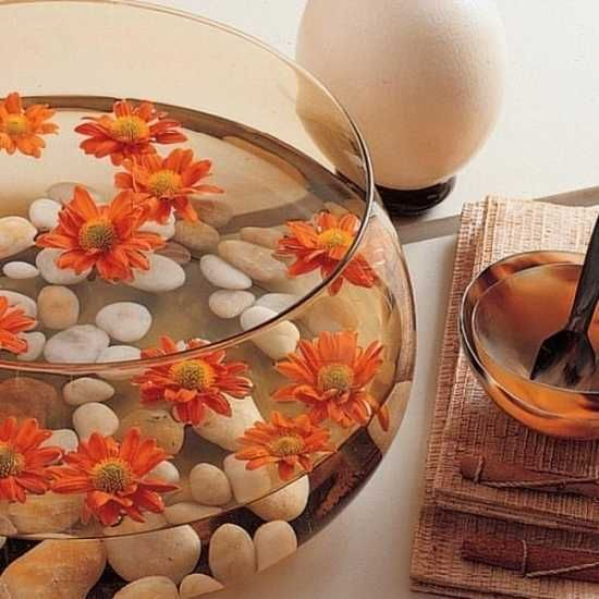 glass bowl with water, floating flowers and white pebbles - loads of water and pebbles combo ideas