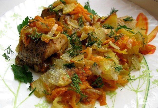 Щука в духовке с овощами    Описание приготовления:  Этот потрясающий рецепт приготовления щуки в духовке с овощами я предлагаю специально для тех, кто любит рыбные блюда или кто просто хочет немного разнообразить свое повседневное меню. В нашей семье такая щука становится главным блюдом в летнее время, когда начинается сезон рыбалки, ведь нет ничего вкуснее свеженькой рыбки. Иногда, конечно мы запекаем щуку и без каких-либо дополнительных ингредиентов, но все же с овощами выходит вкуснее и…