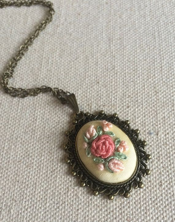 Bordado flor colgante collar rosa rosa collar por RedWorkStitches