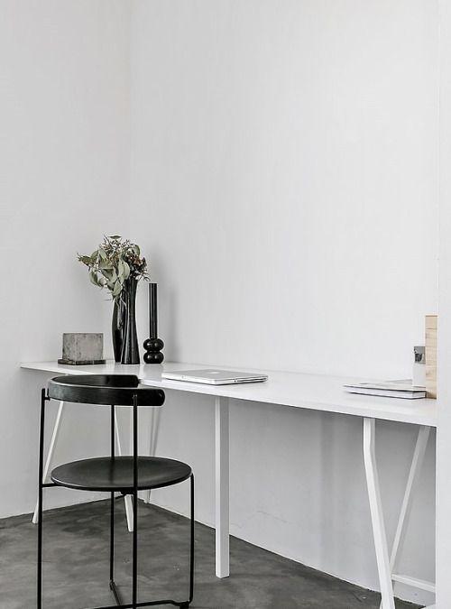 Industriële interieur inspiratie: minimalistisch kantoor in zwart-wit // via Beeldsteil