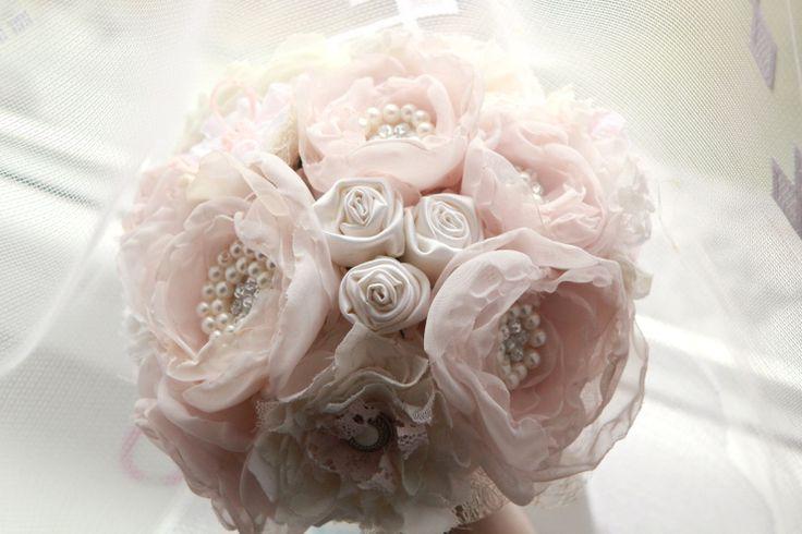 Svatební látková kytice vintage ivory růžová Každý kvítek zvlášť ručně vyrobený, z krajky, různých druhů látek, sametu, korálků, broží, peří. Romantická kytice, která vydrží navždy a zaujme svým netradičně romantickým vzhledem. Barva jemně růžová, ivory, bílá a jiné jemné odstíny. Průměr cca 25cm. Květiny zdobeny broží a korálky, pivoňky, růže, ...