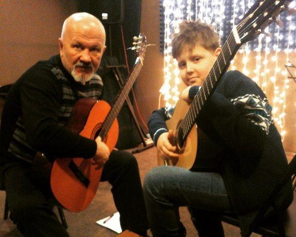 Уроки игры на гитаре - Электро-, акустическая, бас.  Вы выбираете песни и мы строим программу так, чтобы Вам было легко и весело их исполнять.  http://artscenter1.ru/gitara