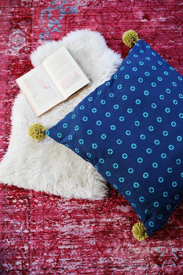 DIY: pom pom oversized floor pillow