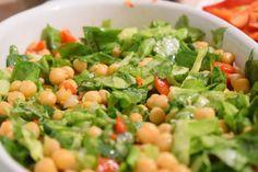 Doctorii spun ca daca mananci minim o salata pe zi, organismul tau are toate sansele sa isi ia necesarul de vitamine si nutrienti. Desigur, noi discutam despre salate sanatoase, nu cele cu sosuri s…*