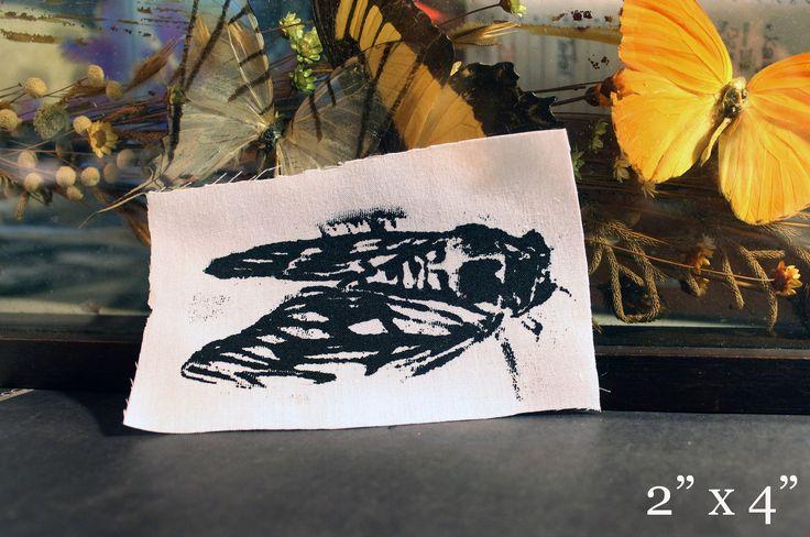 Cose en el remiendo de mi diseño de cigarra #3 blanco Mano impreso en lienzo negro suave.     ☽ Todos los parches están diseñados con amor, mano alzada y serigrafiado por mí mismo en mi casa usando alto detallada, pantallas pintadas a mano con profesionales la tinta y luego curado con calor alto para garantizar la tinta dura la vida del parche. ☾    TAMAÑO / / Imagen es de aproximadamente 2 x 3,5 pero el tamaño puede varían como se cortan individualmente a mano.     ∞   ¡Sígueme en ...