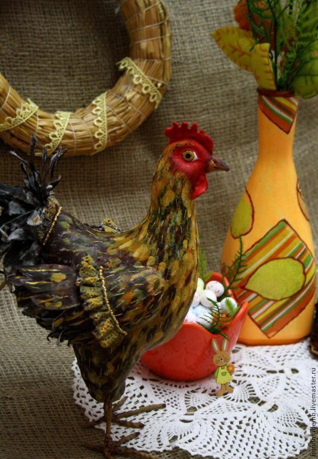 Совсем скоро в наш уютный дом придёт светлый, весенний, пахнущий свежеиспечёнными куличами, интересный, христианский праздник Пасхи. А чем принято украшать пасхальные столы, дома, комнаты? Пасхальными венками, оригинально покрашенными яйцами, кроликами, зайцами, корзинками и, конечно же, курами. Я предлагаю вам сделать хозяйственную, яркую, пё…