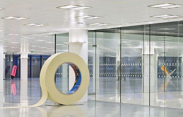 Креативное разделение офисного пространства с помощью канцелярских принадлежностей, увеличенных в десятки раз. Giant Office Supplies, Лондон.  #дизайн #креатив #офис #маркер #скотч #ножницы #интерьер #лондон