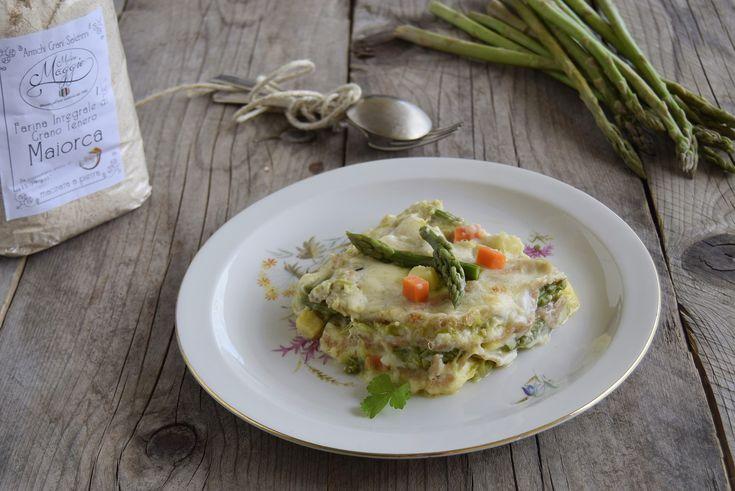 Le lasagne non sono buone solo con il ragù ma anche con le verdure, come queste lasagne con asparagi e verdure, appunto rese ancor più golose dal formaggio.
