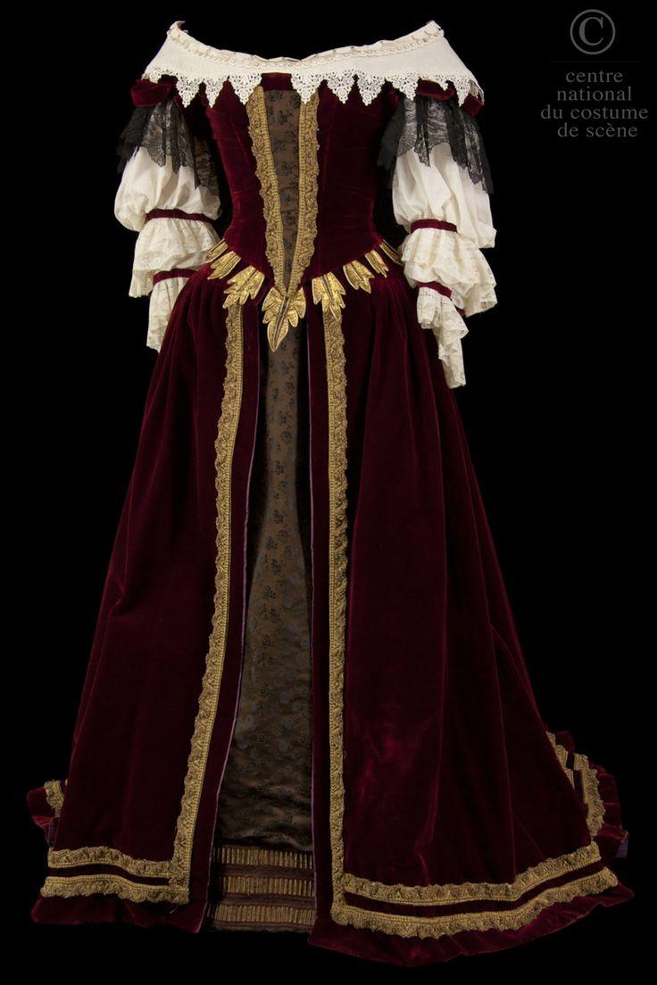 Phèdre Annie Ducaux Descriptif costume: Robe de style XVIIe siècle en velours bordeaux garni de galons de dentelle or et d'applications de feuilles en cuir doré à la taille. Sous-jupe en soie couleur café façonnée. Manches et col en coton et dentelle blancs.