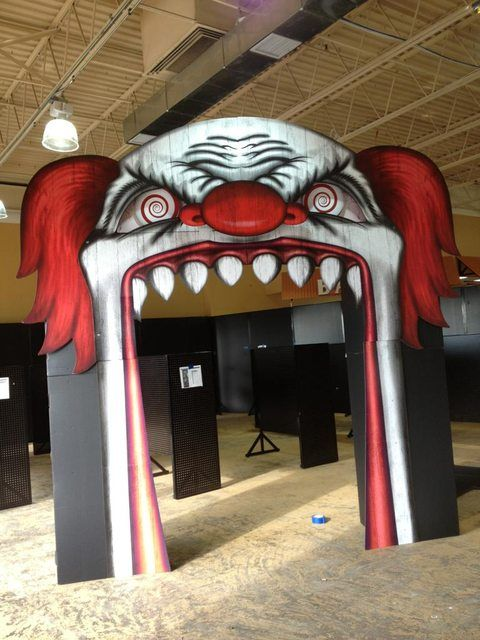 Spirit Halloween clown entrance. Wish I had one of these for the mouth of my garage. If Spirit Halloween had any extras laying around, I'd even take it in place of a prize. *hint, hint* Lol