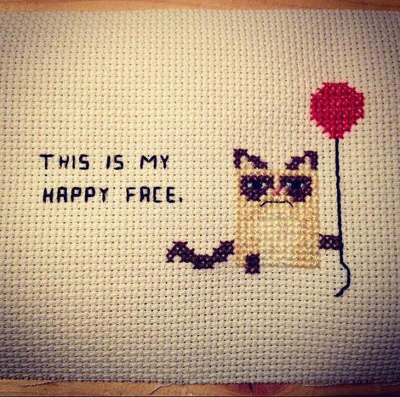 Das ist mein Happy Face Cat Kreuzstich von 3DRD auf Etsy