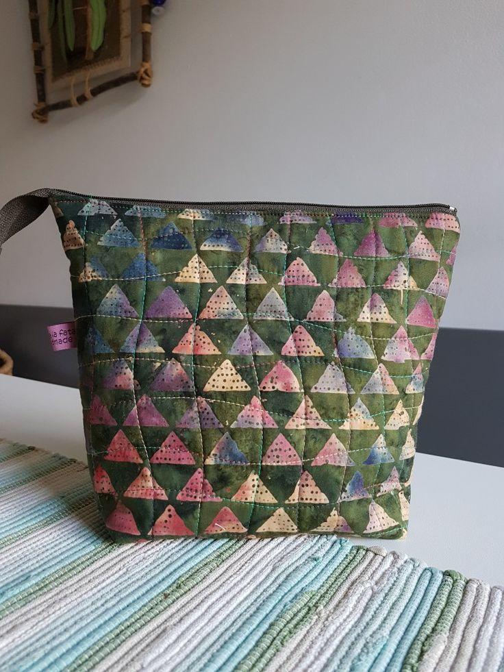 Busta con cerniera in tessuto Batik trapuntato con filo multicolore Aurifil da toilette e/o viaggio