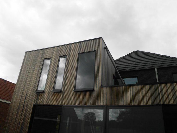 houten latjes - padoek en zwarte ramen - architect a.wildro