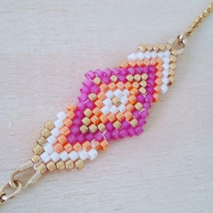 L'association d'un joli tissage de perles miyuki fait main aux couleurs élégantes et d'une chainette plaqué or compose ce joli bracelet.  Le bracelet mesure 19 cm. Le tissage 5X - 18435859