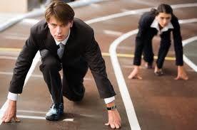 COMPETENCIAS PARA EL TRABAJO Liderazgo e iniciativa que generen en la práctica, las primeras aproximaciones al uso de las herramientas de las cuales dispone el psicólogo. La movilización de sus recursos a un plano aplicado  que le permitan incluirse en el mercado de trabajo, pero con una postura crítica hacia la excesiva instrumentación. Adecuado trabajo en equipo que le permita ser un facilitador de los procesos organizacionales.