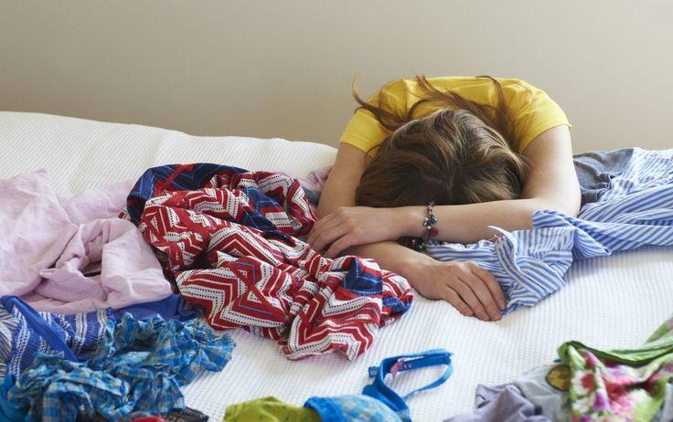 Seu quarto tem esse problema?<br /><br />#SOSorganização - Não caia na tentação de ir acumulando roupas em cima da cadeira ou da bicicleta ergométrica. A bagunça no quarto não permite que a pessoa descanse e relaxe completamente. Pendure ganchos atrás da porta do quarto ou do banheiro para as roupas que você ainda pretende usar novamente. Leve para a cesta de roupa suja o que precisa ser lavado e guarde o restante. Assim, em poucos minutos por dia você evita uma grande bagunça.