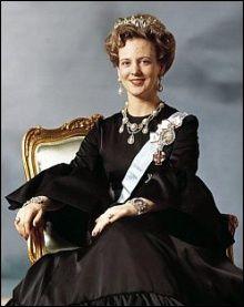 Die dänische Königin Margrethe II., aufgenommen mit Diadem, Schärpe und Orden am 16.4.1972 in Kopenhagen. Nach Königin Elisabeth II. ist sie...