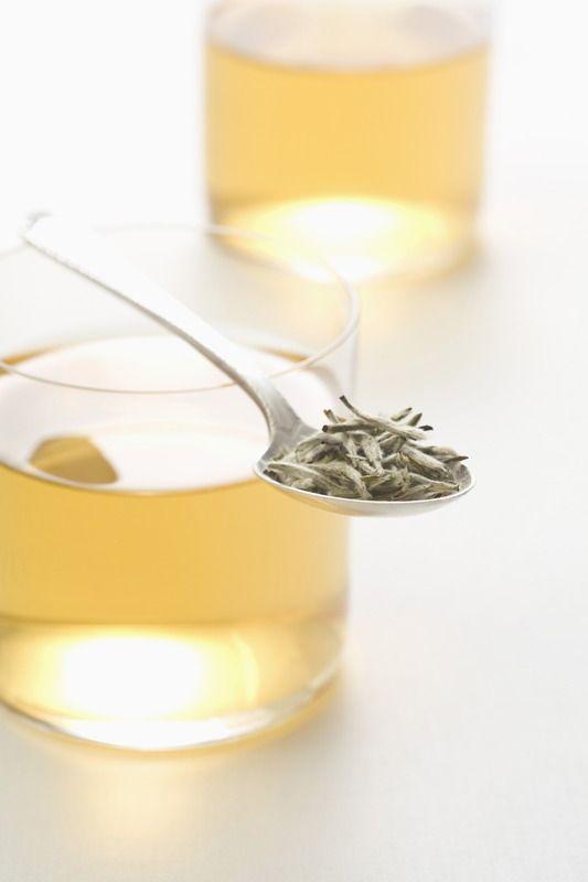 Té Blanco El té blanco es la variedad menos oxidada del té. Para elaborarlo se utilizan yemas y hojas jóvenes de la planta, que son secadas al sol para evitar que se produzca una fermentación. Se trata de un té bajo en teína y alto en catequinas, un tipo de antioxidante con propiedades antiinflamatorias y una posible acción protectora del sistema cardiovascular. El té blanco tiene propiedades antibacterianas (aliado en enfermedades de la placa dental).