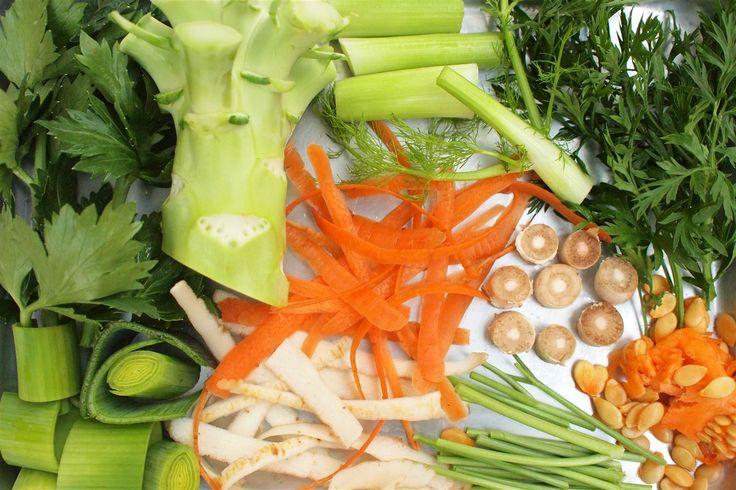 Zeleninové odřezky, slupky, tuhé stonky a nať. Podle druhu zeleniny tvoří až třetinu hmotnosti celé rostliny. Nejčastěji končí v koši nebo v lepším případě na kompostu. Pokud ale víte, jak je zpracovat, můžete skutečný odpad smrsknout na minimum. ...