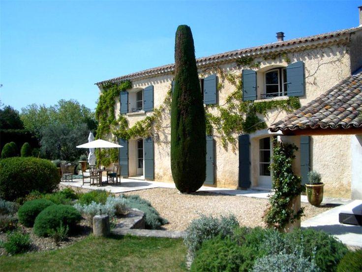 Une bastide provençale !  #maison #pierre #soleil #détente http://www.m-habitat.fr/plans-types-de-maisons/types-de-maisons/les-bastides-provencales-3123_A
