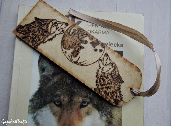 Wolves howling at the full moon wooden bookmark - Pyrography howling wolves and the full moon - Gift for booklovers - Book accessories