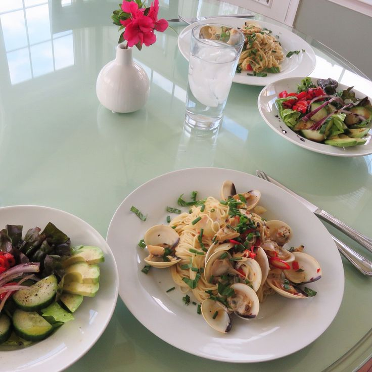 Italian Dinner for two-Angel hair Alle Vongole and simple olive oil and creamy balsamic reduction sauce on salad. 오늘은 이탈리안 요리로, 엔젤 헤어 봉글레 파스타 와 샐러드. 음식으로 하는 해외여행. ㅋㅋ