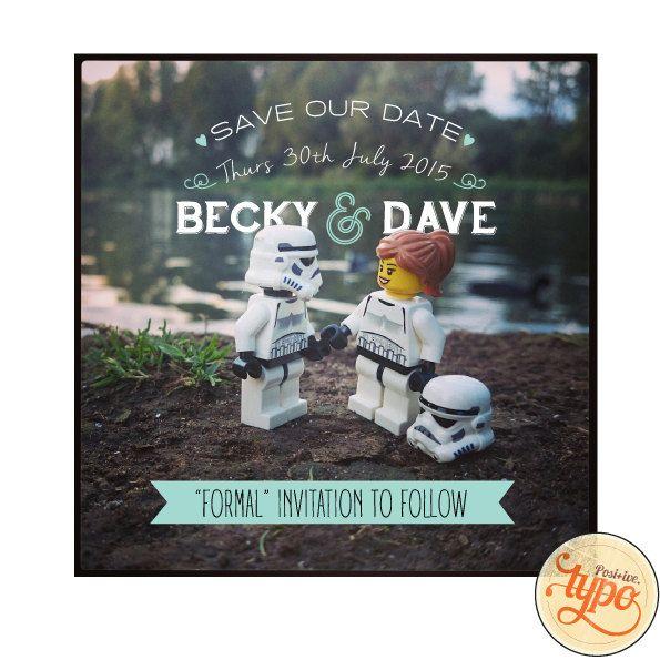 Quelque chose de différent... non traditionnels... pour satisfaire le geek intérieur??  Un entièrement personnalisable Save the Date avec une photo de Star Wars Lego « romantique ». Les noms, dates et couleurs daccent seront modifiés pour répondre à votre cahier des charges pour aucun coût supplémentaire. Le prix est pour une haute résolution personnalisable 6 « x 6 » « DIY » image numérique qui peut être imprimée autant de fois que vous le souhaitez.  Lors de lachat, veuillez laisser les…