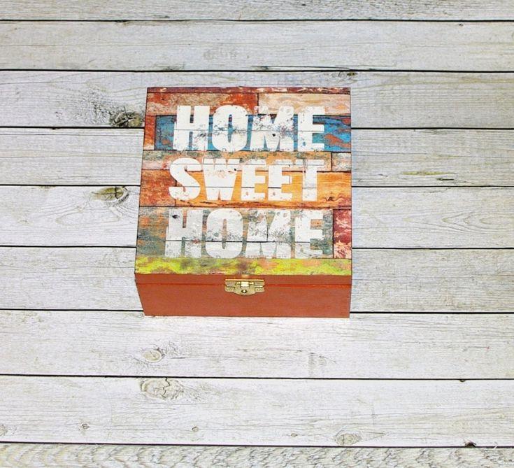Home+sweet+home+Dřevěná+krabička+na+čaj+(či+cokoliv+jiného+-+4+vyndávací+přihrádky)+o+rozměrech+cca+16,4x16,4+cm+a+výšce+7,7+cm.+Krabička+je+natřena+akrylovými+barvami,+ozdobená+technikou+decoupage+adoplněná+zápínáním.+Následně+přetřena+lakem+s+atestem+na+hračky.+Uvnitř+nechána+přírodní.