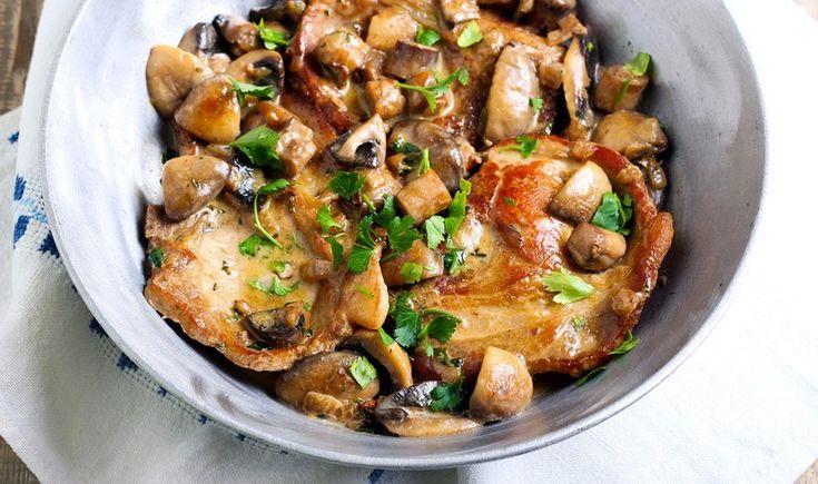 Μια εύκολη και πολύ νόστιμη συνταγή για να απολαύσετε τις χοιρινές μπριζόλες σας στο καθημερινό αλλά και το κυριακάτικο τραπέζι. Το κρασάκι τους δίνει ιδιαίτερη νοστιμιά. Μπορείτε να τις συνοδέψετε με τηγανητές πατάτες ή ρύζι.