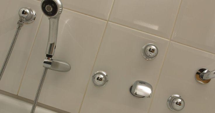 Cómo instalar nuevos grifos para la ducha. Los grifos de la ducha varían en diseño, pero normalmente consisten en tres estilos diferentes. Los grifos de la ducha monomando uilizan una válvula de grifo para controlar la cantidad de agua que fluye a través del pico de la ducha, así como la cantidad de agua caliente y fría. Los grifos de ducha de doble mango utilizan una válvula de grifo para ...