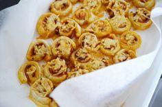 Voor bij de borrel, bladerdeeg hapjes met pesto, kaas en ham! Eens wat anders dan plakjes worst!