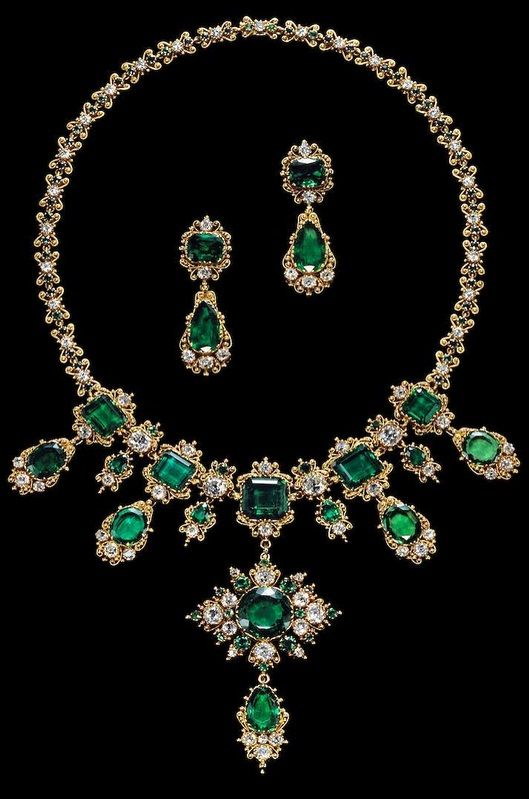 Albion Art Collection - An antique gold, emerald and diamond parure, circa 1830, consisting of a necklace and a pair of earrings. #antique #necklace #earrings