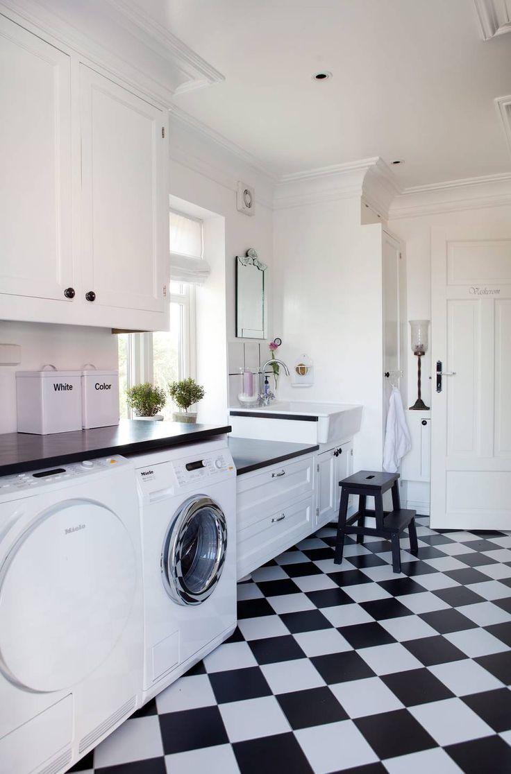 SKREDDERSØM: I dette vaskerommet har en møbelsnekker bygget inn mye av det tekniske, for et ryddig og rent uttrykk. Rikelig med benkeplass til å sortere og brette klær på er også prioritert. Den begrensede fargepaletten forsterker det ryddige uttrykket.