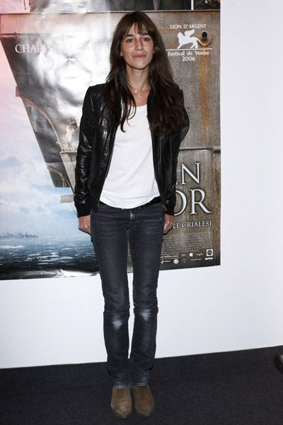 Charlotte Gainsbourg casual style: leather jacket, white tee-shirt, jean's Notify and her classic low boots R.Soles !