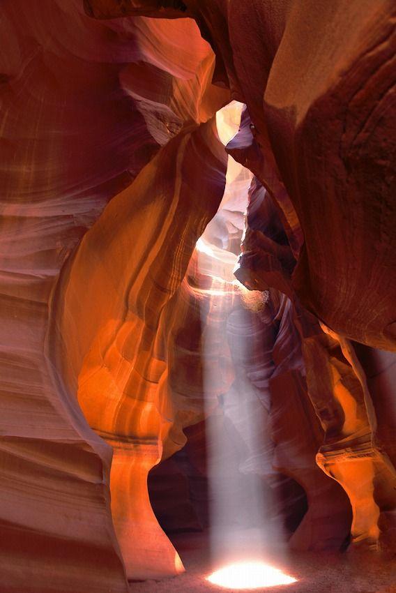 [F]スポットライトに照らされた役者になった気分。岩の波打った感じと差し込む光のバランスが好き。