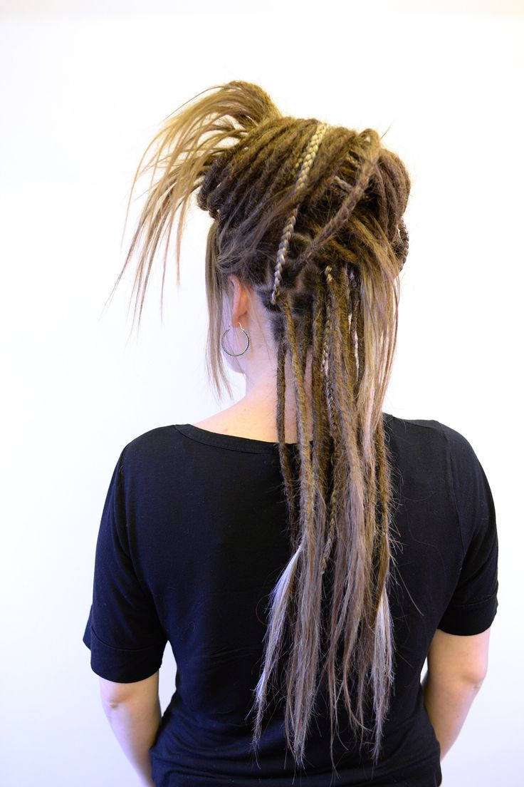 Something that I've had in my hair lately is some braids of synthetic hair in my dreads just to add some more texture to my hair. A lot of my clients get inspired by this and also wants to try it out. So here is Sofie that came to me to get her dreadlocks started. I dreaded her own hair, added extensions to her own hair and then added a few braids. I really like how this hair turned out.