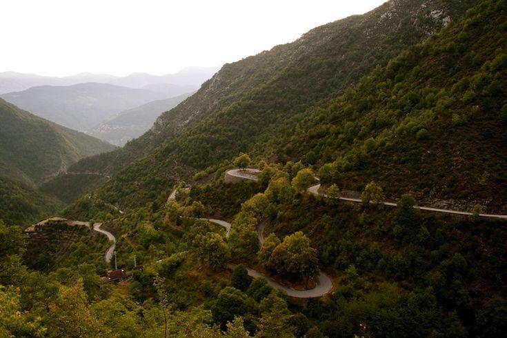 Le Col de Turini en France, emprunté presque systématiquement par le rallye de Monte-Carlo. Situé dans le sud des Alpes françaises, il relie Lantosque, dans la vallée de la Vésubie, à Sospel, dans la vallée de la Bévéra. Comme beaucoup de route de montagne, ce col propose des routes étroites et ses virages en épingle avec des beaux panoramiques sur la mer Méditerranée.
