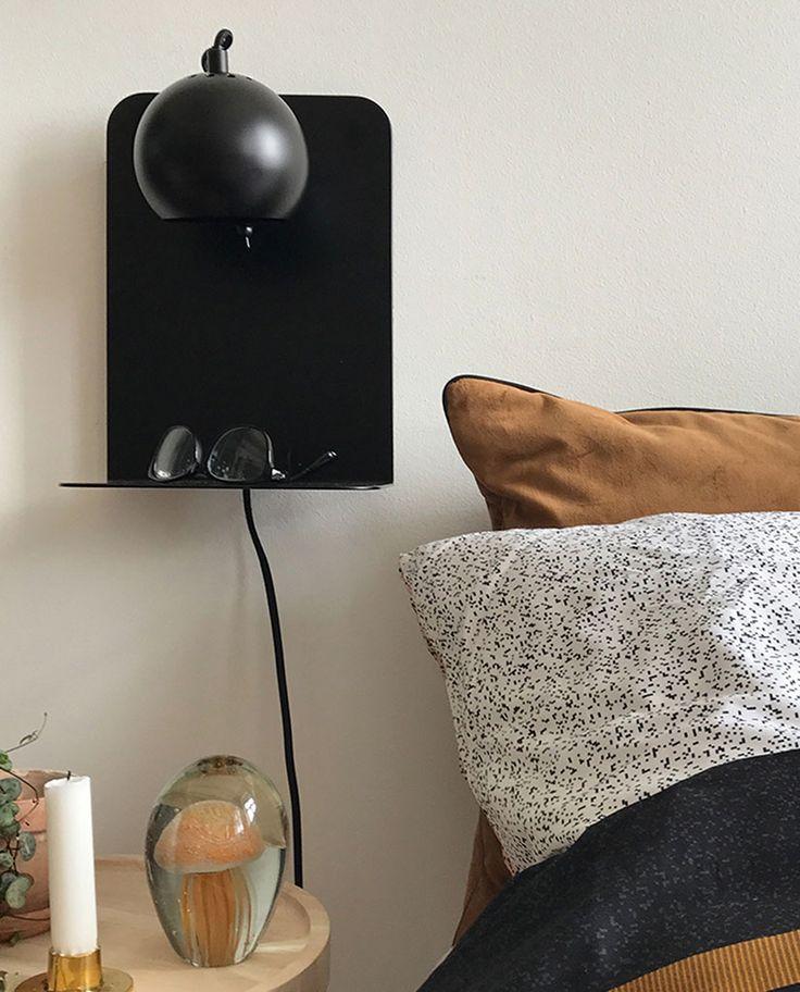 Frandsen tar Ball inn i fremtiden med denne smarte og funksjonelle versjonen av lampen som ble designet i 1968 av Benny Frandsen. Vegglampen har en liten hylle til oppbevaring av små planter, bøker, briller eller nøkler, samt en USB-port til lading av mobil eller andre enheter. Perfekt i en gang, ved senga på soverommet eller på stua.