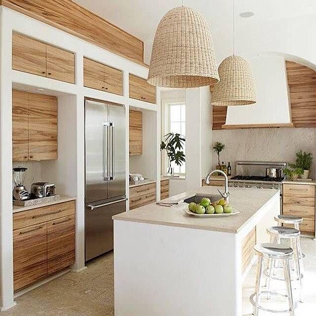 Design cucina in muratura moderna con isola centrale - bianco, legno, marmo e acciaio