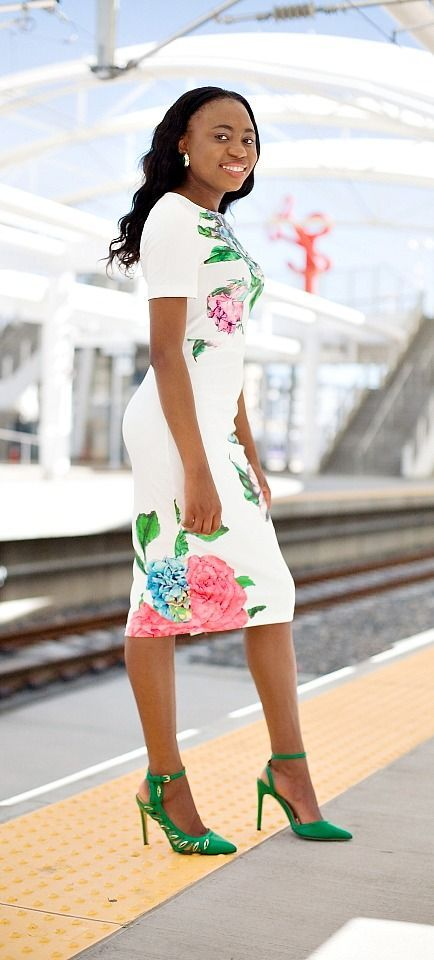 In love with this short sleeve midi dress. The combination of floral patterns and lasercut heels! | Summer fashion | Fashion blogger | Spring style | Spring outfit | Bodycon dress outfit | Spring fashion | Summer looks | Summer hair | Street Style |