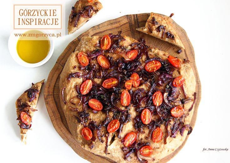 Focaccia to rodzaj włoskiego drożdżowego łaskiego placka chlebowego. Do przygotowania z różnymi dodatkami. Podajemy ją z miseczką dobrej oliwy extra virgin do maczania http://www.zmgorzyca.pl/index.php/pl/kulinarny/przyjecia/406-focaccia-7