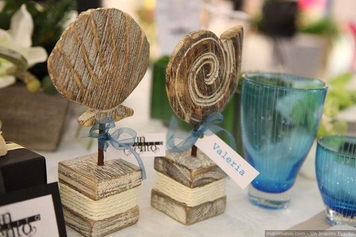 Segnaposto di legno a forma di conchiglie. Per un matrimonio a tema mare.