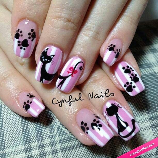Uñas rosas decoradas decoradas con gatos. Kitty Nails.