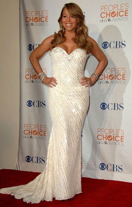 Mariah struggled onstage during the People's Choice Awards and had to be helped by her assistant... I mean husband Nick Cannon.  She looks like she's wearing a stage costume or '80s wedding dress.alled this